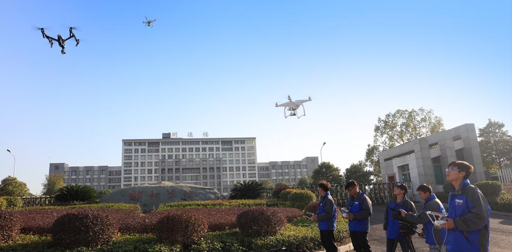 我院学生进行无人机飞行训练.jpg